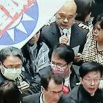 藍委在立法院議場丟灑豬內臟抗議     蘇貞昌在血腥大混戰中完成施政報告